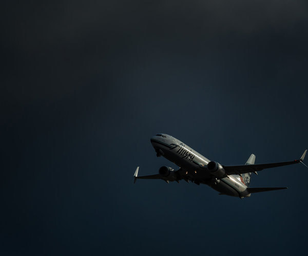 alaska-anchorage-boeing-737-airlines-dark-sky-vanheijst.jpg