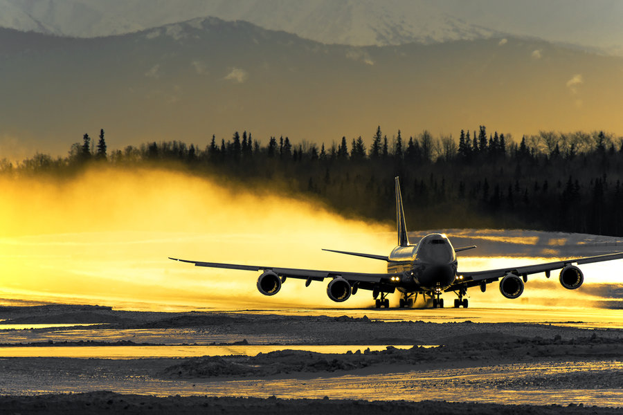 boeing-747-takeoff-anchorage-atlas-golden-sunset-snow-blast-light-vanheijst.jpg