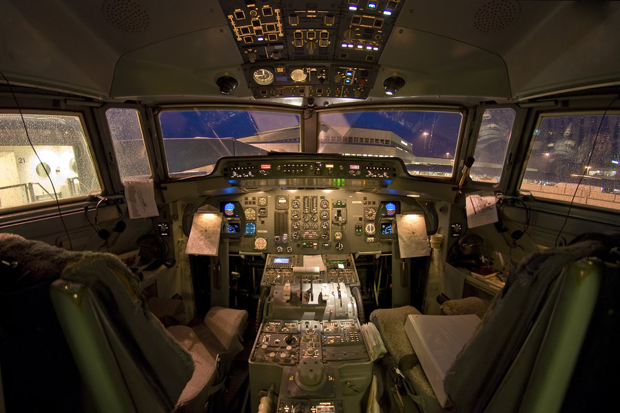 fokker50-denimair-cockpit-night.jpg
